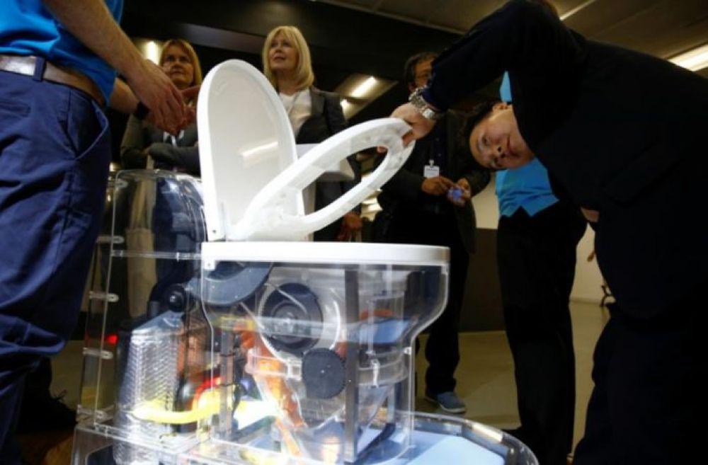 ¡Bill Gates presentó en China un inodoro que no utiliza agua!