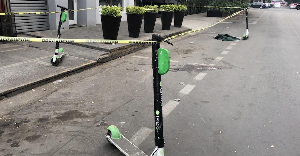 Procuraduría capitalina resguarda con tres scooters escena de un asesinato