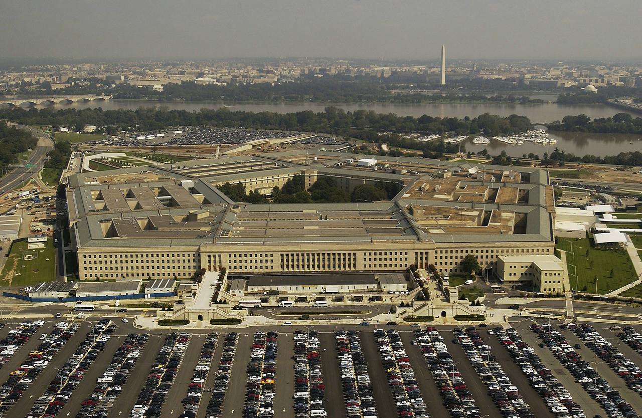 """Amazon y Microsoft libran una batalla por construir la """"nube de guerra"""" del Pentágono"""
