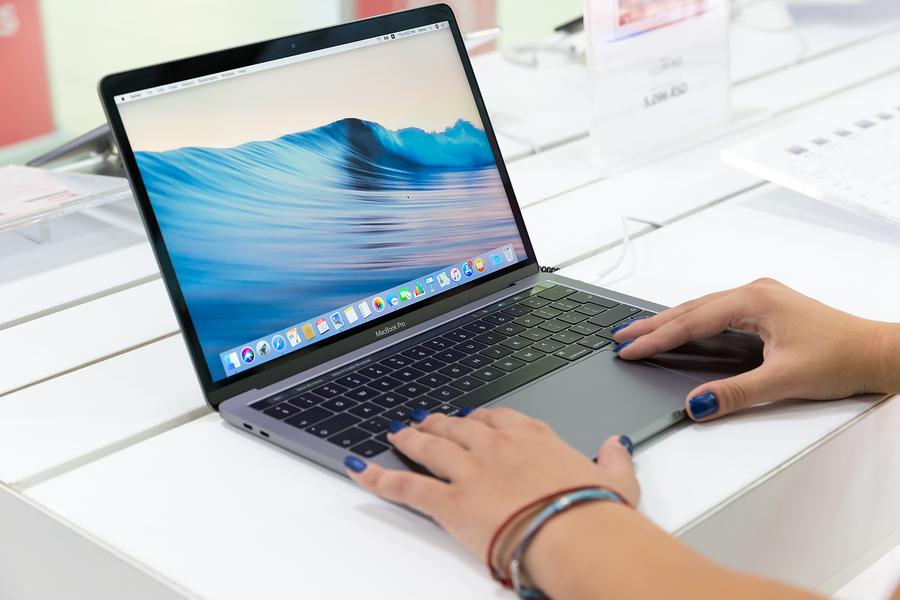 EU prohíbe volar con MacBook por riesgo de explosión de batería