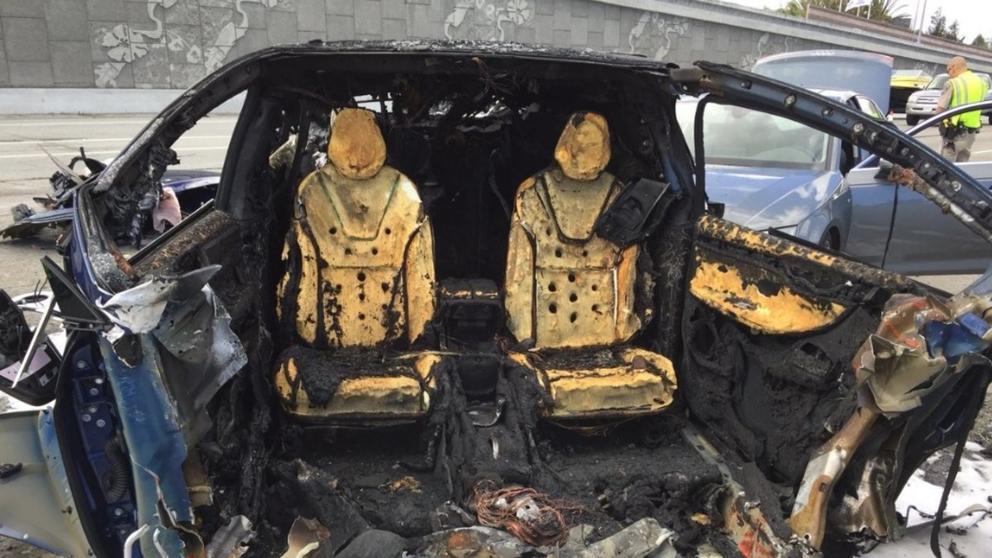 Tesla Model 3 explota después de chocar con una grúa en Moscú