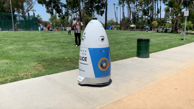 """Mujer pide auxilio a un robot policía y este le responde que """"se aparte del camino"""""""