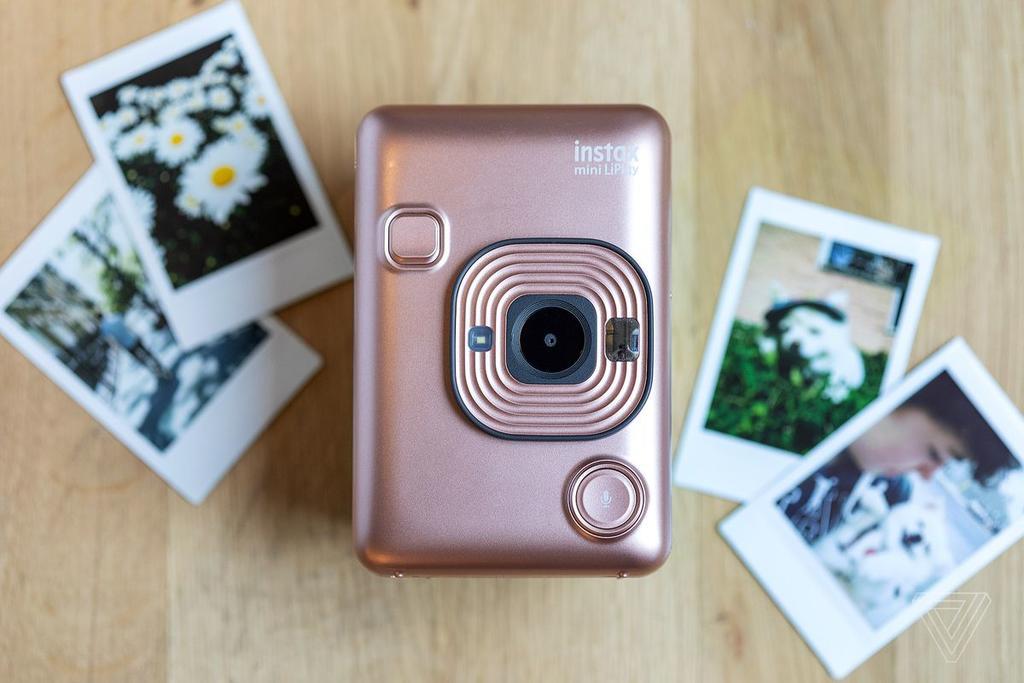 Fujifilm lanza Instax Mini LiPlay, la cámara que toma fotos con sonido