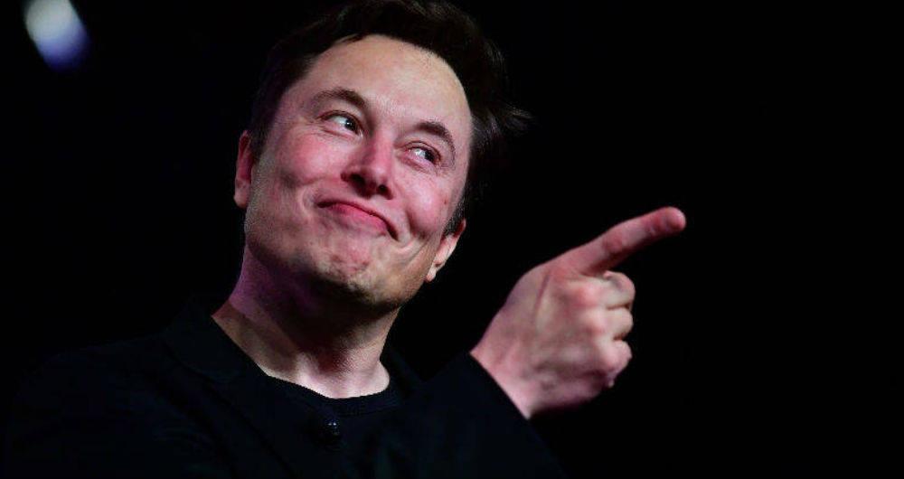 Elon Musk ataca a Amazon por prohibir la venta de un libro en su tienda