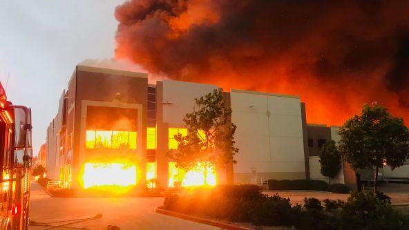 Fuerte incendio consume bodega de Amazon en California