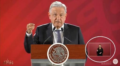 Denuncian groserías en traducción de lenguaje de señas de AMLO